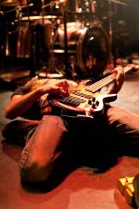 Bassiste en transe sur scène
